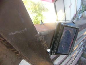 人感センサー ソーラーライト 階段手すりに取付