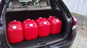 カローラフィールダーに灯油タンク4個 20リットル缶